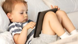 Kleiner Junge am Tablet