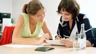 zwei Frauen in einer Besprechung