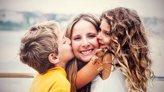 Mutter umarmt ihre zwei Kindern