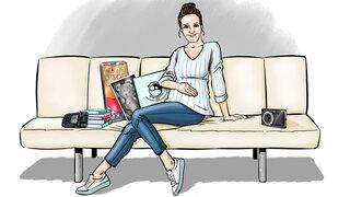 Protagonistin mit Utensilien: Mutterpass, Ultraschall-Gummibärchen, Bücher und Aufnahmegerät und neu: Kamera