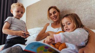 Mutter Kinder Vorlesen Bett Gutenachtgeschichte