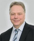 """Prof. Dr. Karl Heinz Brisch ist Vorstand des Lehrstuhls für """"Early Life Care"""" und leitet das gleichnamige Institut an der Paracelsus Medizinischen Privatuniversität in Salzburg. Er forscht im Bereich frühkindliche Entwicklung und Traumatherapie."""