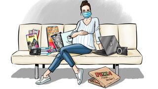 Protagonistin mit Utensilien: Mutterpass, Ultraschall-Gummibärchen, Bücher, Aufnahmegerät, Kamera , Rom-Reiseführer, Mundschutz, Laptop und neu: Pizzakarton ist dazu gekommen
