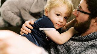 Kinder trauern anders Corona Virus plötzlicher Tod Verstorbene Verwandte Kummer Trösten Vater Kleinkind