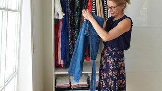 Tanja Diechterow vor dem Kleiderschrank