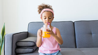 Getränke Kind Mädchen Wohnzimmer Limo Limonade Glas Strohhalm Trinken Sofa