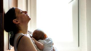 Unglückliche Mutter mit Baby