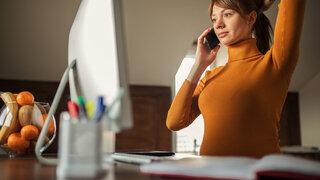 Schwangerschaftsberatung Frau Schwanger Telefon Arzt Soziales zuhause Schreibtisch Nachdenklich Ernst