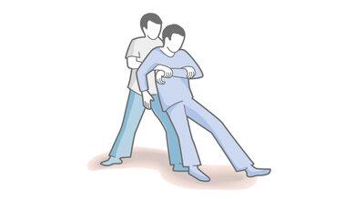 Das Bild zeigt Ihnen: So heben Sie eine verletzte Person.