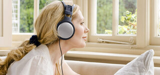 Frau hört zur entspannung Musik
