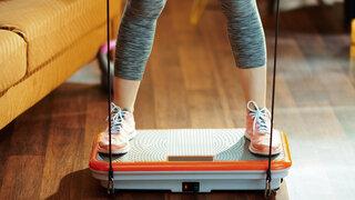 Vibrationsplatten gibt es in Fitnessstudios und auch als Version für zuhause