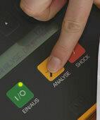 Laien-Defibrillatoren leiten den Ersthelfer Schritt für Schritt an. Unterbrechen Sie die Herzdruckmassage für den Einsatz des Gerätes aber nur so kurz, wie möglich