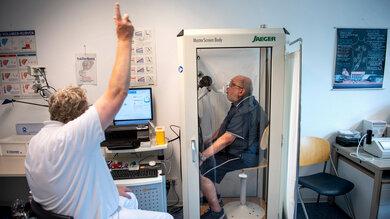 Die Lungenfunktion wird in einem Bodyplethysmografen überprüft
