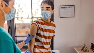 Imfpung Corona Jugendlicher Teenager Arzt Praxis Mundschutz Covid-19