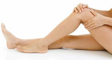 Schwellung, Schmerzen oder ein Druckschmerz im Bein können Warnzeichen einer Venenthrombose sein