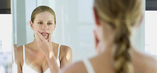 Junge Frau vor dem Spiegel