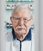 Dieter Wohlert, Apotheker in Emden