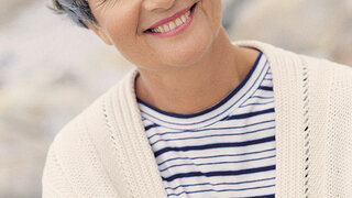 Frau am Strand, Seniorin