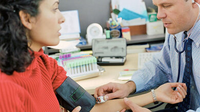 Beim Arzt wird der Blutdruck in der Regel mit einer Manschette am Oberarm gemessen