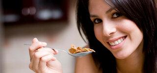 Frau isst Cornflakes