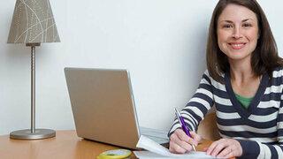 Frau vorm Laptop