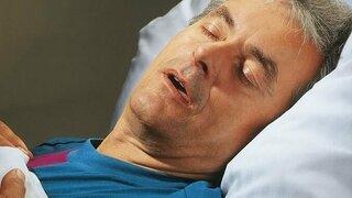 Mann schnarcht