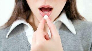 Frau nimmt Tablette ein