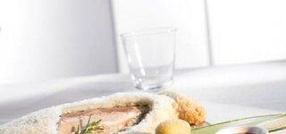 Forelle im Salzmantel und Kanarische Kartoffeln mit Mojo-Soße