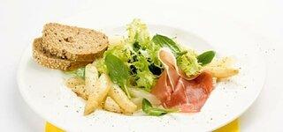 Frühlingssalat mit Spargel und Parmaschinken