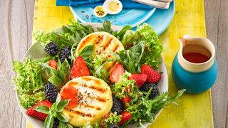 Fruchtiger Sommersalat mit Grillkäse