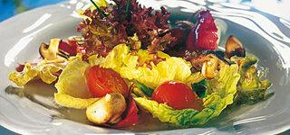 Sommerlicher Salat mit gebratenen Pilzen