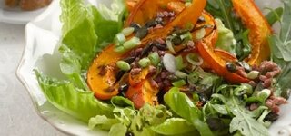 Gebackener Kürbis auf Salat