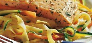 Lachs auf Gemüsenudeln