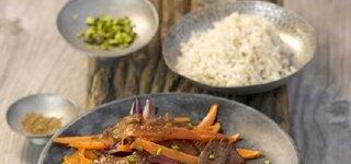 Rindfleisch mit Möhren, roten Zwiebeln und Reis
