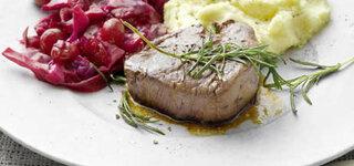 Hirschsteak mit Cranberry-Rotkohl und Vanille-Kartoffelschnee