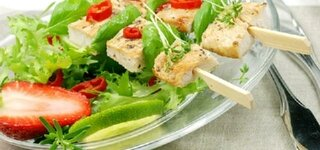 Salat mit Hühnerspießen und Erdbeeren