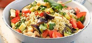 Pfannengericht Couscous Harissa Salat