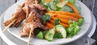 Filetspieße auf Papaya-Salat