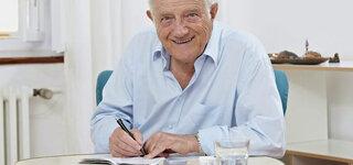 Senior beim Aufschreiben der Blutzuckerwerte