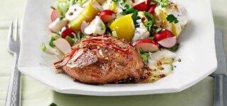 Chili-Lammsteak und bunter Kartoffelsalat mit Sesam