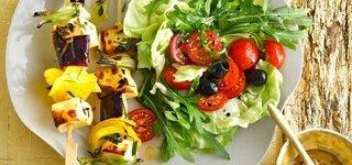Halloumi-Spieße auf Sommersalat