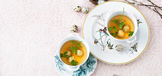 Gemüsebrühe mit Basilikum-Klößchen