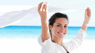 Frau schützt ihre Haut mit Tuch