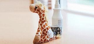 Spielzeug-Giraffe mit Pumpenkatheter und Insulinpumpe