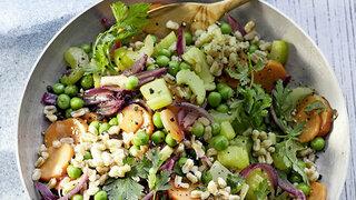 Dinkel-Gemüse-Pfanne mit Walnuss-Dip