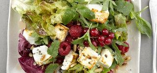 Gartensalat mit Beeren und Knusper-Feta