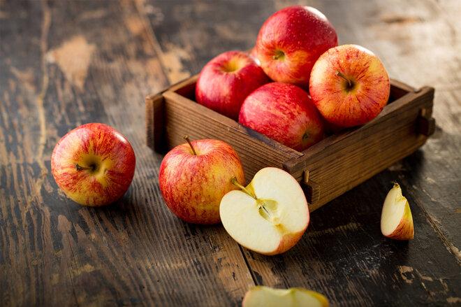Rote Äpfel in einer Holzkiste