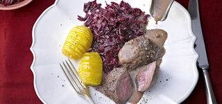 Hirschmedaillons in Lebkuchensoße mit Birnen-Rotkohl und Fächerkartoffeln