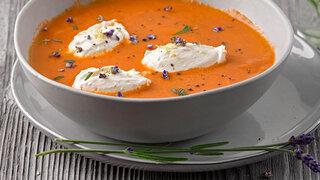 Tomatencremesuppe mit Ricotta-Nocken und Lavendel