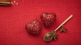 Weihnachtliche Tischdekoration mit roten Herzen